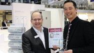 Achim Jungfleisch, Director Marketing and Solution Competence Centre Europe bei Hager (links), nahm den Preis für den dritten Platz in der Kategorie Gebäudetechnik entgegen.