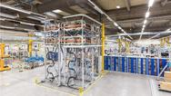 Das Bild zeigt einen Konverterturm in HGÜ-Plus- Technik, wie er bei den deutschen Offshore- Netzanbindungen verwendet wird. Der Turm in der Nürnberger Fabrik dient in erster Linie zur Schulung von Wartungsarbeiten für Kundenpersonal und Siemens-Mit