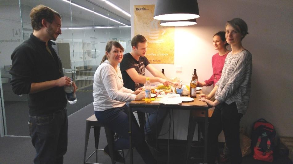 Gemeinsam essen und danach coden. Das Konzept geht auf. Im Durchschnitt kommen 15 Teilnehmer zu den Lernstunden.