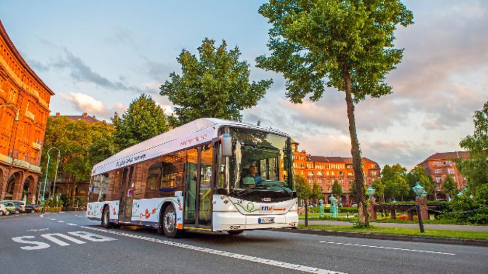 Die Batterie des Elektrobusses wird während des normalen Betriebs aufgeladen.