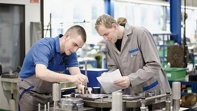 Mitarbeiter von Aweba an einer Werkzeugmaschine