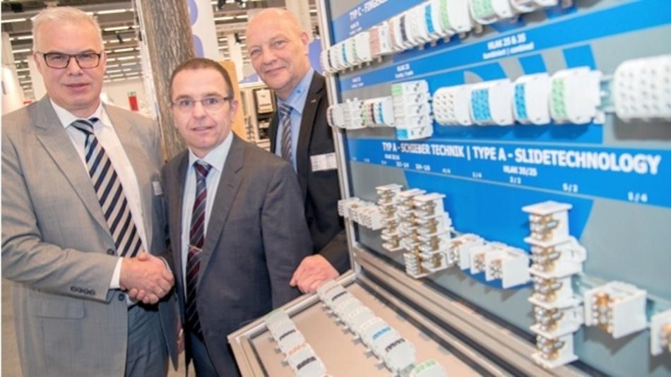 (v.l.n.r.): Dirk Niestrat, Leiter der Elektrotechniksparte bei der Leipold Gruppe, Michael Vetterli, Geschäftsführer der Bals Elektrotechnik AG, sowie Ewald Voss, Produktmanager Elektrische Komponenten bei der Leipold Gruppe.