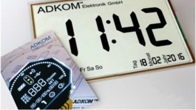 Bei ADKOMs energieeffizientem E-Paper-Display mit Abmessungen von 55 x 40 cm sind Steuerplatine und Stromversorgung auf der Rückseite der Anzeige eingebaut.