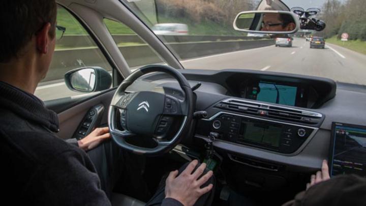 Hochautomatisiert von Paris nach Amsterdam fuhren zwei Citroën C4 Picasso.