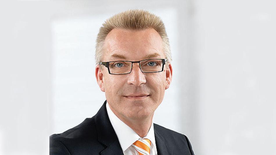 Bild 1. Stephan Ruhnau, Produktmanager Geräteanschlusstechnik bei Weidmüller, verweist darauf, dass sich mit der Hochstrom-Leiterplattenklemme LXXX 15.00 in vielen Applikationen teure Stromschienenkonstruktionen adäquat ersetzen lassen.