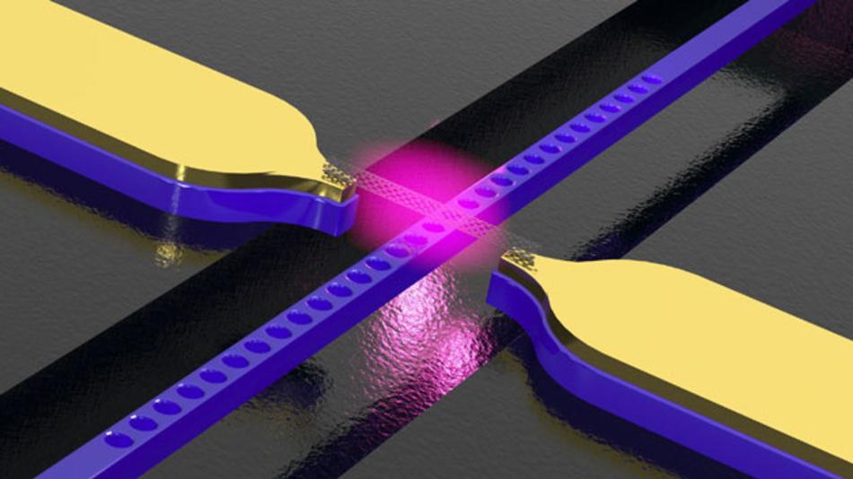 Ein Kohlenstoff-Nanoröhrchen zwischen zwei Kontakten konvertiert elektrische Spannung in Licht, das vom quer dazu verlaufenden Lichtleiter weitergeleitet wird.