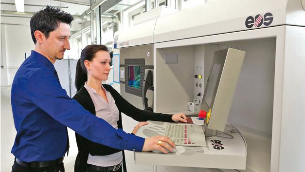 Einblick in die Fertigung: eines der sieben EOS-Systeme, mit dem Serienbauteile für den Triebwerksbau  hergestellt werden.