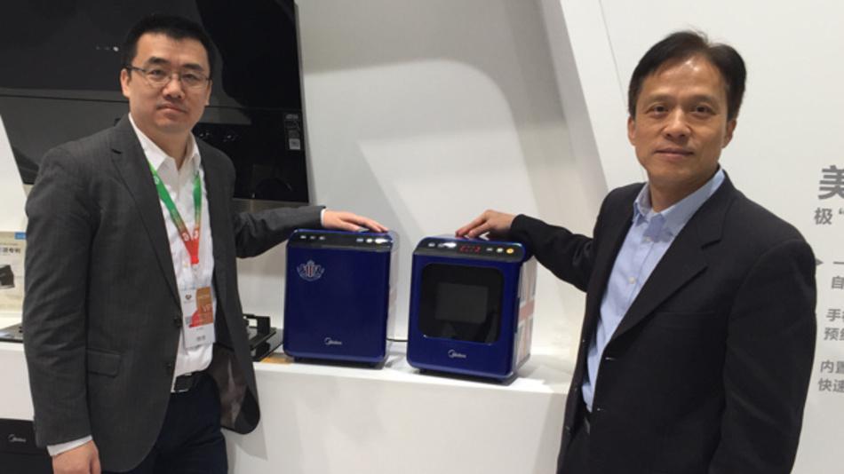 Alan Luan (links), Leiter des Innovationszentrums für Küchengeräte bei Midea, und Pinglu Chen, Verkaufsleiter für Asien und Leiter für China bei Ampleon, präsentieren den ersten Mikrowellenherd mit Halbleiter-Leistungsstufe.