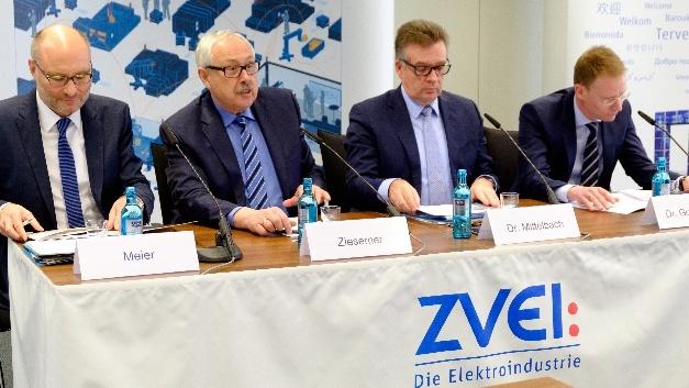 Thorsten Meier, Michael Ziesemer, Dr. Klaus Mittelbach und Dr. Andreas Gontermann auf der ZVEI-Pressekonferenz.