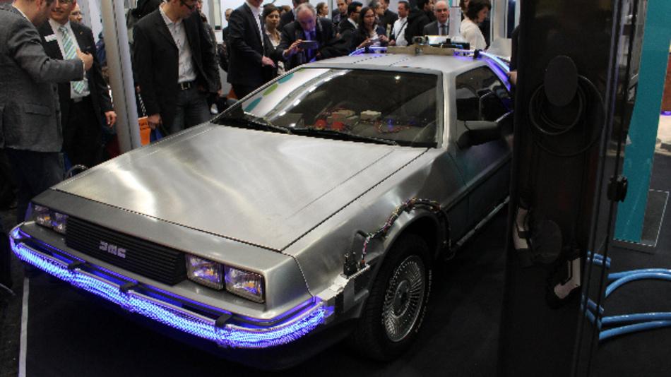 Auf der Hannover Messe 2016 zeigt Phoenix Contact einen umgebauten Original DoLorean, der sich via neuem CCSplus laden ließ.