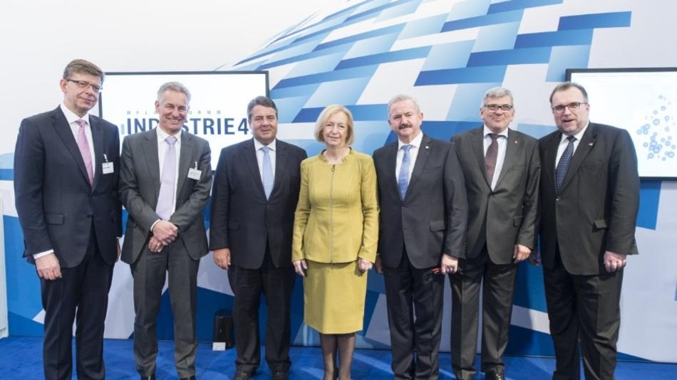 Im Bild (von links): Reinhard Clemens (Deutsche Telekom), Dr. Eberhard Veit (ehemals Festo AG), Sigmar Gabriel (BMWi), Prof. Dr. Johanna Wanka (BMBF), Prof. Dr. Reimund Neugebauer (Fraunhofer-Gesellschaft), Jörg Hofmann (IG Metall), Prof. Dr. Siegfried Russwurm (Siemens AG)