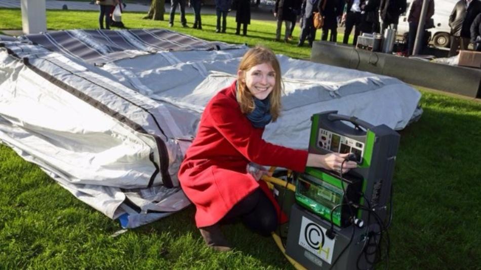 Elena Findeisen beim Aufbau des neuartigen Solarzeltes auf dem Enscheder Campus