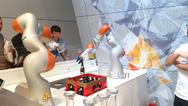"""""""Wir wollen den Roboter aus dem Käfig befreien"""", sagte der Vorsitzende der KUKA Geschäftsführung Tim Reuters auf der Hannover Messe 2016. Mit der Leichtbauroboterserie »LBR iiwa« ist der Anfang schon gemacht - ein Schutzgitter zwischen Mensch und Rob"""