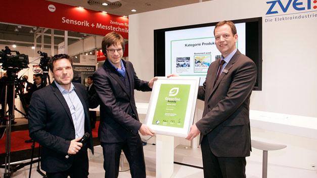 V.l.n.r.: Sven Krüger (Initiator GreenTec Awards), Dr. Ralph Wichtendahl (Vice President Operations, Heliatek), Gunther Koschnick (Geschäftsführer, ZVEI)