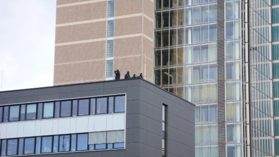 Während des Obama-Besuchs galt die höchste Sicherheitsstufe: Vermummte Scharfschützen waren auf dem Dach des neuen Bürogebäudes vor dem Messehochhaus postiert.