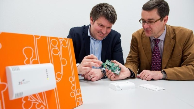 Wie links im Bild, könnte das System schon bald in Gebäuden zum Einsatz kommen: Prof. Andreas Schütze (r.) und Thorsten Conrad (3S GmbH) entwickeln ihr Sensorsystem für Luftschadstoffe zur Marktreife.
