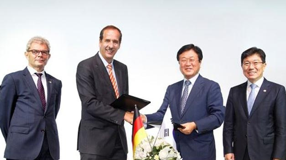 BMW und Samsung kooperieren bei den Batteriezellen intensiv: Rolf Mafael, Botschafter der Bundesrepublik Deutschland in der Republik Korea; Dr. Klaus Draeger, Mitglied des Vorstands BMW, Einkauf und Lieferantennetzwerk; Sangjin Park, CEO Samsung SDI und Sangjick Yoon, Minister für Handel, Industrie und Energie