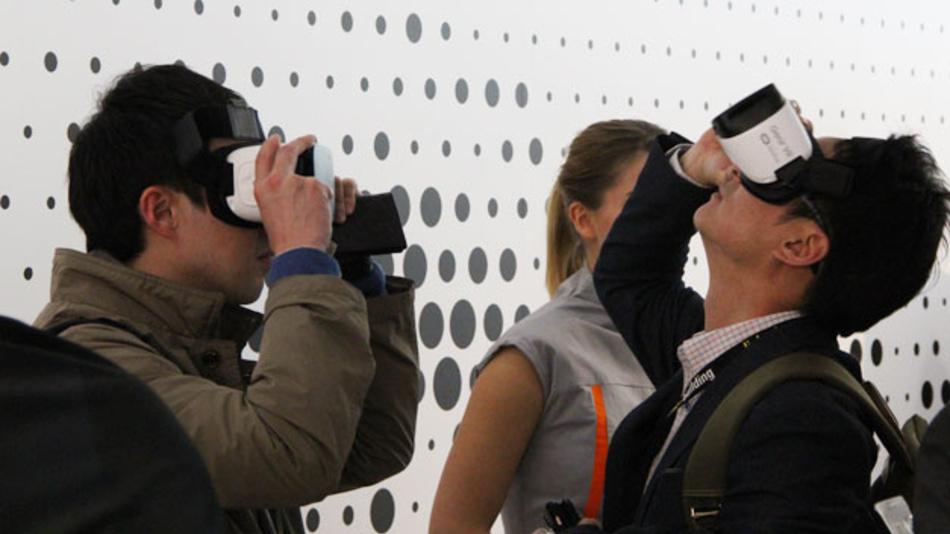 Brillen für virtuelle und augmented Reality sind immer häufiger gefragt - auch von der Industrie. Osram nutzte sie, um seinen Standbesuchern auf der Light+Building die Beleuchtung der Sixtinischen Kapelle zu zeigen, einmal vor und einmal nach der Umrüstung auf Osram-LEDs versteht sich.
