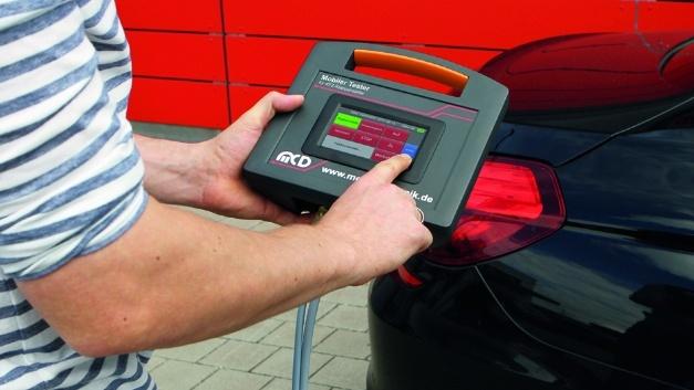 """Das 4,3""""-LCD-Touchpanel des Mobile Testers stellt die Kommandoauswahl von programmierten Positionsprüfungen übersichtlich und einfach abrufbar dar."""