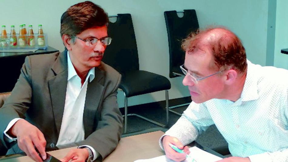 Ajay Bhagwat (Renu Electronics, links) erklärt Markt&Technik-Redakteur Andreas Knoll die Funktionsweise der FlexiPanels.