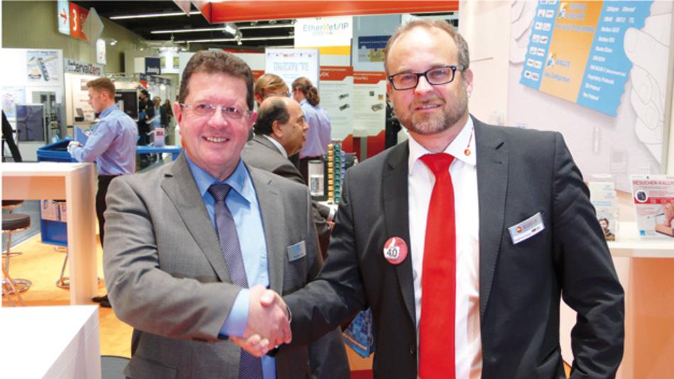 Auf der SPS IPC Drives 2015: Die Geschäftsführer Michael M. Reiter von Deutschmann Automation und Siegfried Müller von MB Connect Line besiegeln die strategische Partnerschaft der beiden Unternehmen.