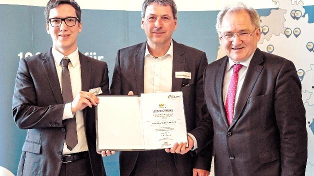 Der baden-württembergische Staatssekretär Peter Hofelich übergab Endress+Hauser die Auszeichnung als einer der »100 Orte für Industrie 4.0«.