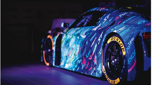 Der Künstler Rudi Fielitz hat das Distribution Art Car gestaltet und dabei die Logos von Rutronik und 46 weiteren Unternehmen mit einbezogen.