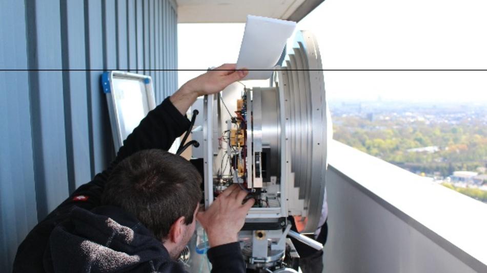 E-Band Sender mit Parabolantenne. Die darin verbauten integrierten Schaltungen weisen besonders große Leistungsfähigkeit auf.