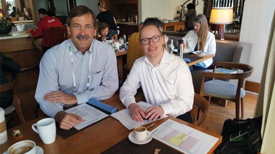 Bild 4: Ralf Higgelke im Gespräch mit Dan Kinzer (links), CTO und COO von Navitas Semiconductor