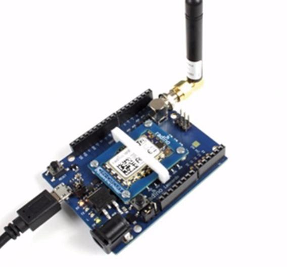 Bild 2: Radino-Modul Leonardo mit RadinoWiFi und RP-SMA-Antenne