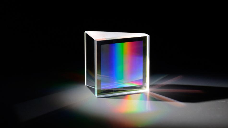 Direkt gebondetes Kieselglas-GRISM (Prism + Grating) mit innenliegendem Gitter.