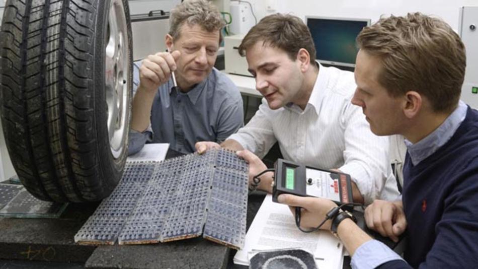 Lukas Renken, RWTH Aachen, Professor Markus Oeser, RWTH Aachen und Donald Müller-Judex, Solmove (vrnl.) arbeiten an der Integration von Photovoltaik-Zellen in die Straßenoberfläche.