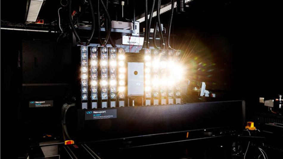 In einem Labor der PTB werden Solarzellen mit Weißlicht und einfarbigem Licht bestrahlt und kalibriert.