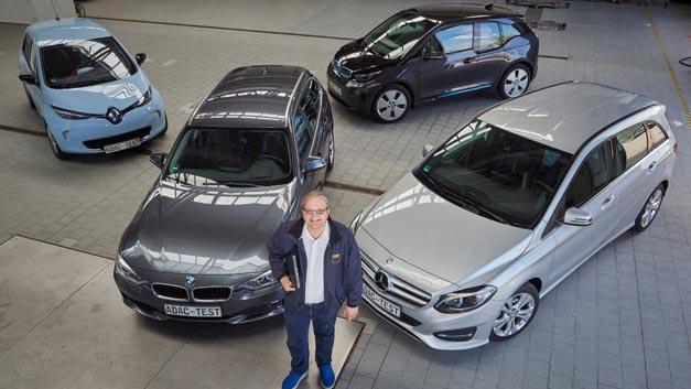 Der ADAC untersuchte bei einer MB B-Klasse, dem Renault Zoe sowie den BMW-Modellen i3 und 320d auf welche Daten die Hersteller Zugriff nehmen können. Im Vordergrund: Projektleiter Arnulf Thiemel.