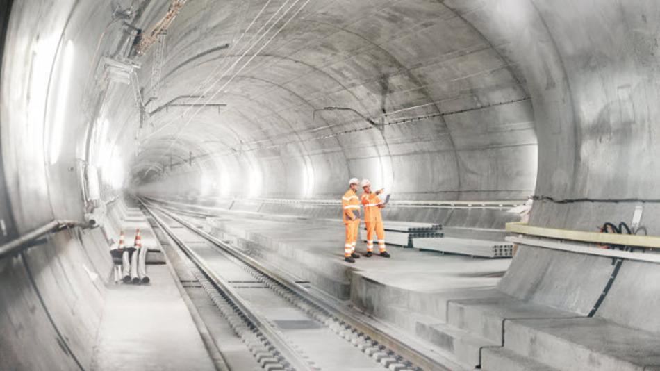 Der Gotthard-Basistunnel wird mit seinen rund 57 km Länge über Jahrzehnte der längste Tunnel der Welt sein. ABB wurde beauftragt, die  Mittelspannungsversorgung für die Tunnelinfrastruktur sicherzustellen. Zahlreiche ABB-Transformatoren sorgen ebenfalls dafür, dass das 50-Hz-Netz mit der nötigen Energie gespeist wird.