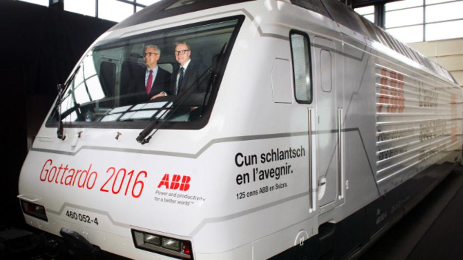SBB CEO Andreas Meyer, CEO von SBB und Ulrich Spiesshofer, CEO von ABB, in einer RE 460 im ABB-Design. Mit Retrofits von ABB kann die Energieeffizienz und Zuverlässigkeit dieser Lokomotiven erhöht und die Lebensdauer um 20 Jahre erweitert werden. So spart die Flotte dank neuen Traktionsumrichtern und weiteren Modernisierungsmaßnahmen jedes Jahr 27 GWh Energie ein.