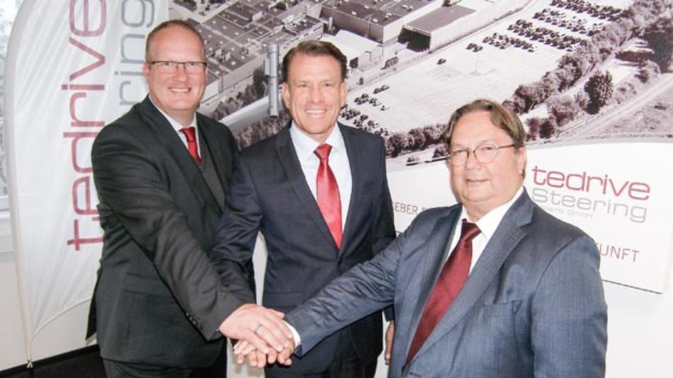 Die geschäftsführenden Gesellschafter von Tedrive Steering, Thomas Brüse (links) und Reiner Greiss (rechts), gaben den Vertragsabschluss gemeinsam mit Bernd Spies, Vorsitzender der Geschäftsführung Knorr-Bremse bekannt.