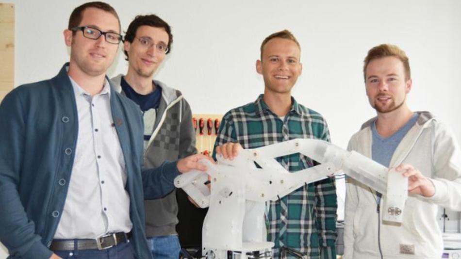Jens Riegger, Tobias Erb, Manuel Frey und Tobias Kuentzle entwickeln günstigen Mehrachsroboter für kleine und mittelständische Unternehmen.