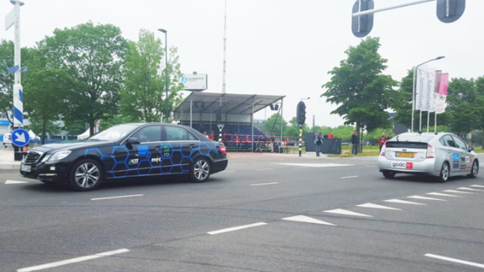 Das Team »AnnieWAY« meistert das überqueren einer Kreuzung in Abstimmung mit anderen Fahrzeugen.