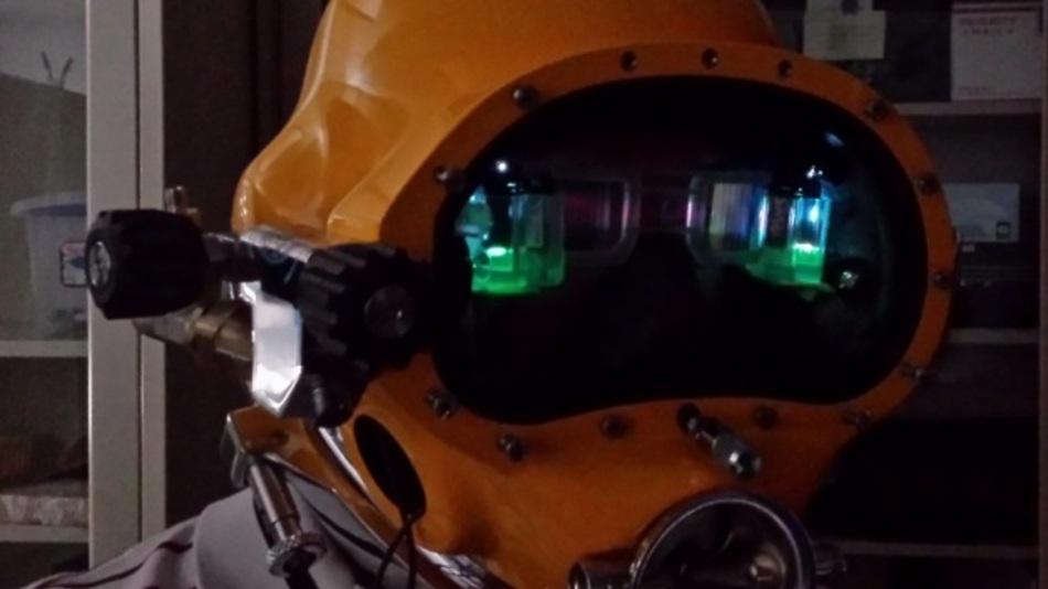 Ausprobieren des Divers Augmented Vision Display im Rahmen einer Laborsimulation.