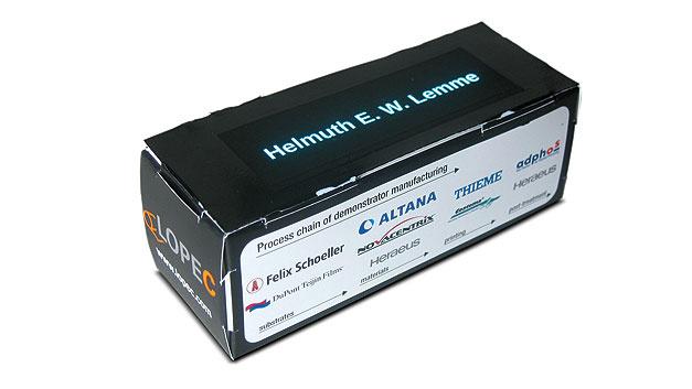 Bild 2. Auf der Messe LOPEC in wenigen Minuten gedruckt: leuchtendes Namensschild mit flexibler EL-Schicht auf Karton.