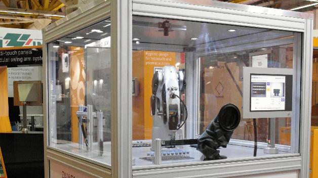 Auf dem Datalogic-Messestand zu sehen ist diese Roboterapplikation für pharmazeutische Verarbeitung und Verpackung.