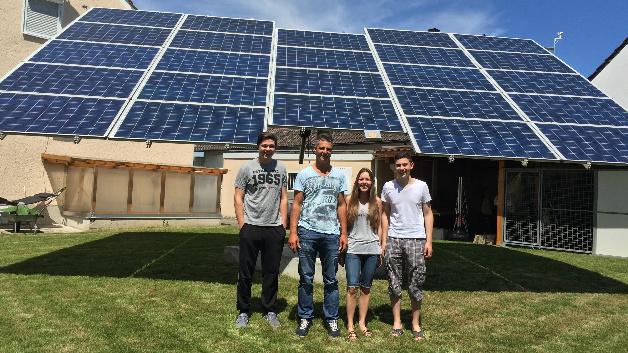 Autark dank Photovoltaik und Energiespeicher: Mario Schuhmann (2.v.l.) mit Lebensgefährtin Bettina Rether und seinen zwei Söhnen vor der PV-Anlage im eigenen Garten.