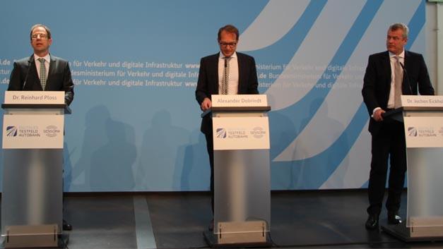 Dr. Reinhard Ploss, Infineon, Verkehrsminister Alexander Dobrindt und Dr. Jochen Eickholt Siemens unterzeichneten im Verkehrsmuseum München einen Vertrag zum Aufbau von Radarsensorik auf dem Digitalen Testfeld Autobahn.