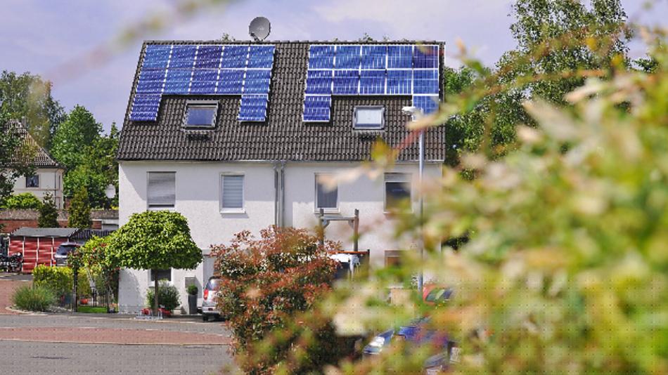 Mit dem intelligenten Komplettpaket von RWE kommt der Sonnenstrom bequem vom Dach in den Tank.