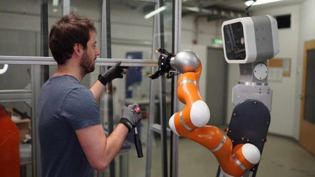 Mobile Assistenzroboter werden den Menschen künftig in vielen Bereichen der Produktion unmittelbar unterstützen.