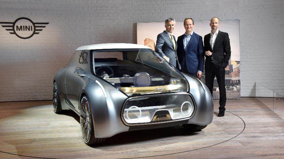 Peter Schwarzenbauer, Mitglied des Vorstands der BMW AG, Mini, Motorrad, Rolls-Royce, Aftersales; Sebastian Mackensen, BMW Group, Leiter Mini; Anders Warming, BMW Group, Leiter Designstudio Mini (von links nach rechts) bei der Präsentation des Mini Next Vision 100.