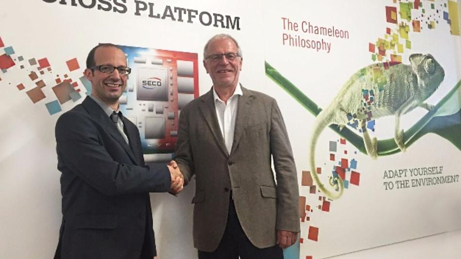 Marco Attardo, Channel Manager EMEA bei Seco und Klaus Lederer, Geschäftsführer von Aaronn, besiegeln die Vertriebspartnerschaft.