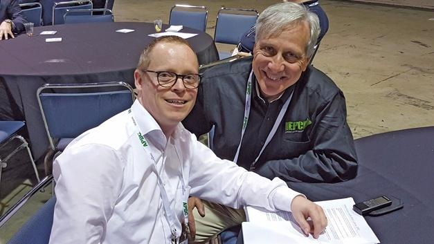 Bild 1: Ralf Higgelke im Gespräch mit Alex Lidow (rechts), Chief Executive Officer (CEO) des GaN-Herstellers EPC.