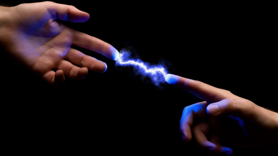 Elektrostatische Entladungen spüren Menschen nur als kleinen Schlag. Elektronische Geräte können aber schwer beschädigt werden.